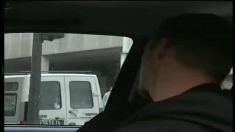 Pour échaper à son kidnappeur, une hotesse se fait sauter