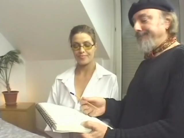 Infirmière baise avec un vieux docteur pervers