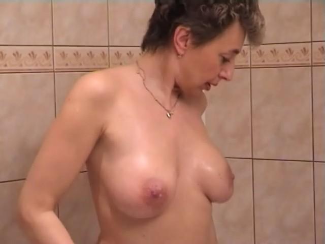 mamie baise dans la salle de bain sous la douche!
