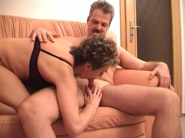 Baisée sauvagement sur le canapé elle va recevoir sa dose de sperme