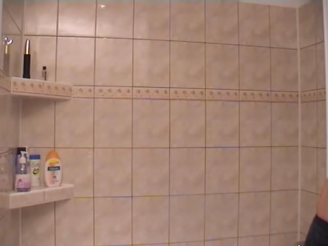Une vieille salope à la chatte rasée dans la douche.
