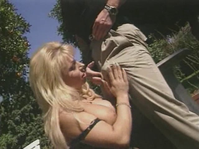 Mature blonde aux gros seins défouraillée dans le jardin