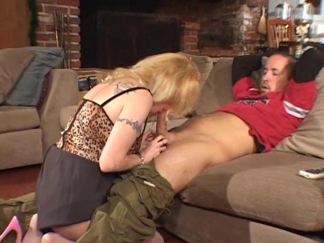 Cougar blonde ramène un mec et prend cher